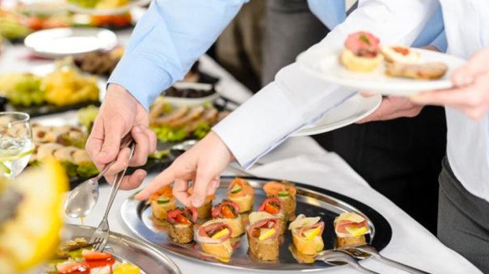 Ăn tiệc buffet ở nhà hàng trong khách sạn
