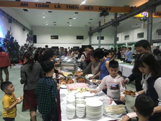 Ăn tiệc buffet tại trường học