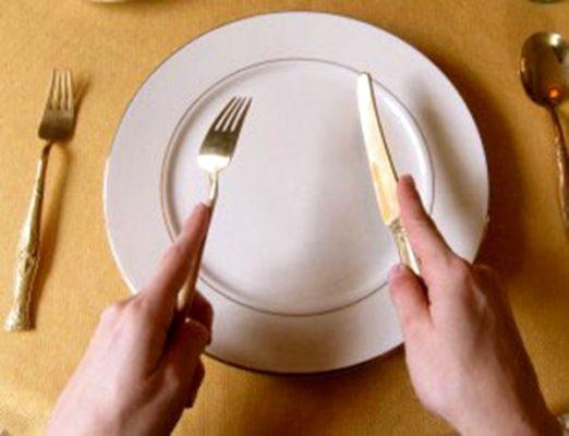 Những quy tắc trên bàn ăn tiệc Không gõ dụng cụ dao nĩa trên bàn tiệc