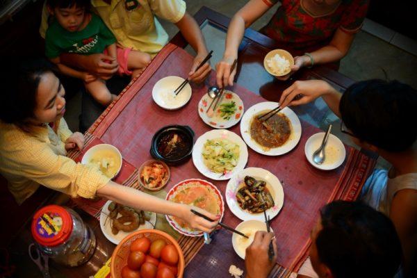 Những quy tắc trên bàn ăn tiệc Phép lịch sự trên bàn ăn của người Việt Nam